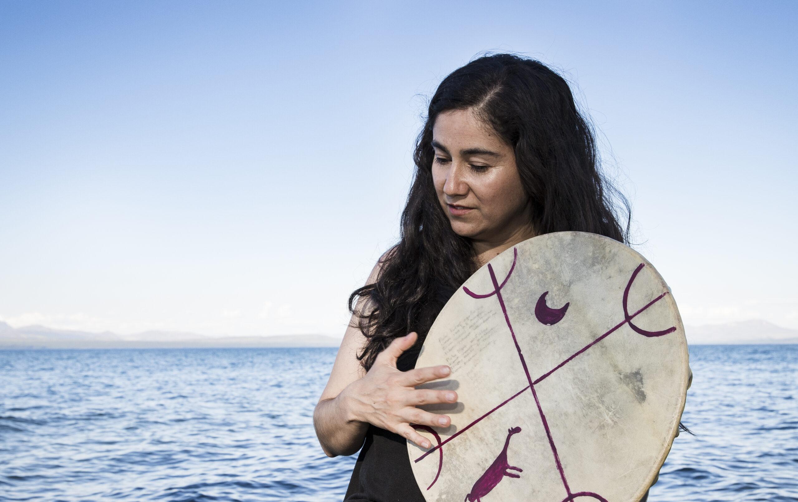 """Anahí Mariluan: """"El canto sigue siendo espacio de denuncia y también la  representación del mundo que defiende el pueblo mapuche""""   Revista Ruda"""
